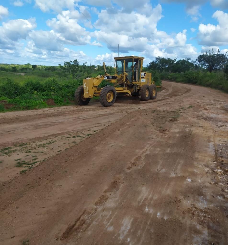 Prefeitura de Mairi realiza manutenção de estrada na região de Aroeira