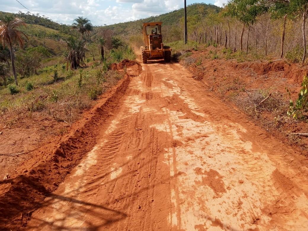 Prefeitura recupera estradas vicinais em diversas regiões do município e garante mais segurança para moradores