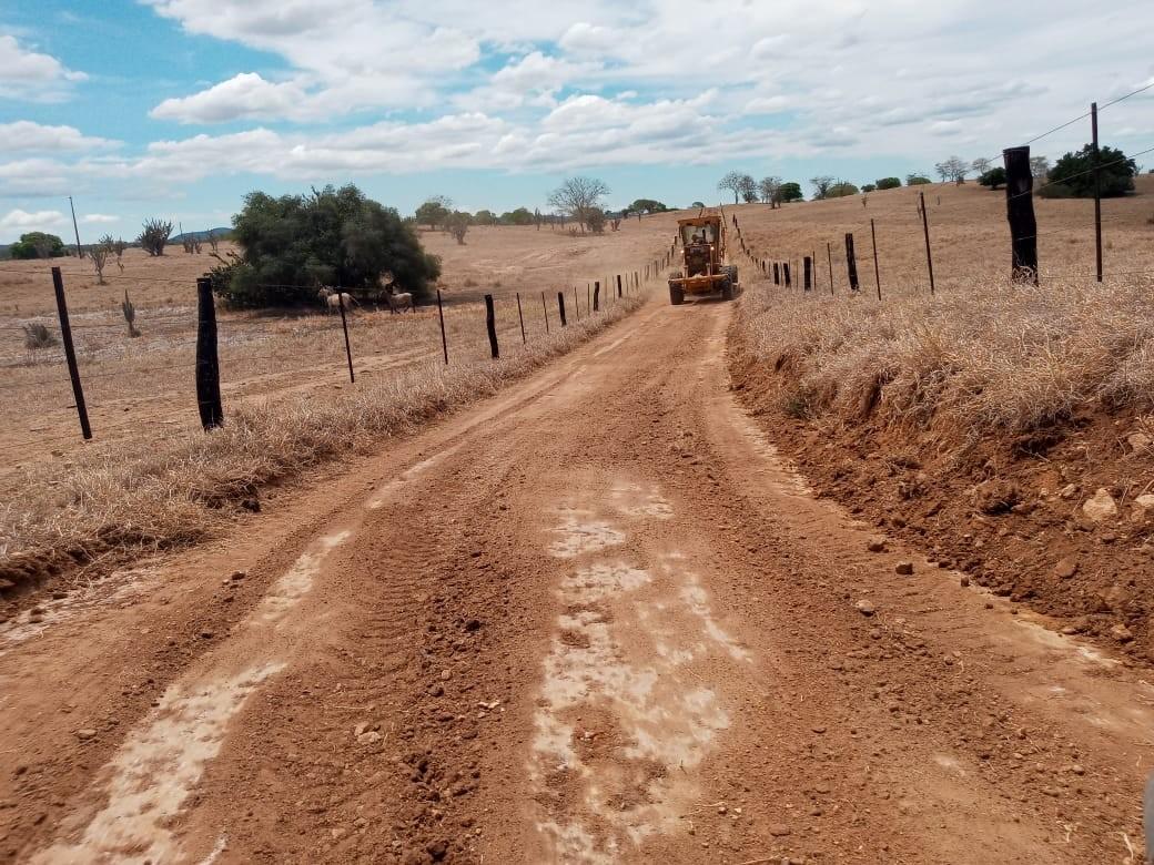 Prefeitura patrola estradas da região de Baixa Funda