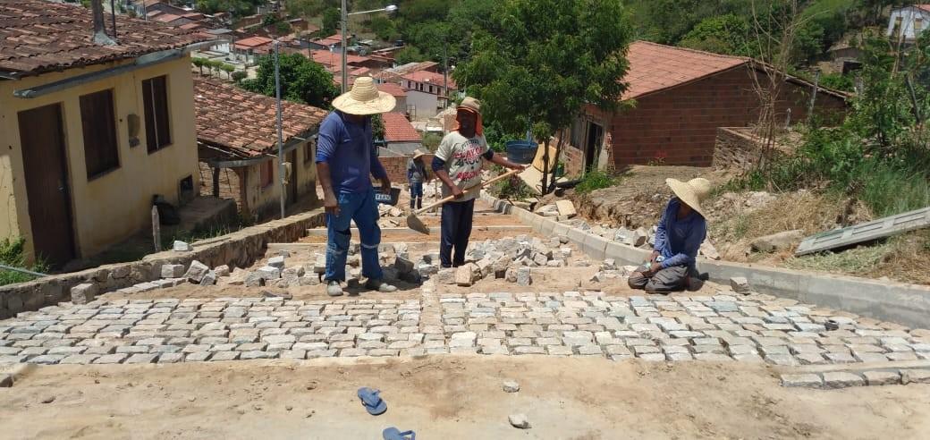Obras de pavimentação de ruas, construção de rede de esgoto e de praça e reforma de escola são realizadas em São Bento das Lajes