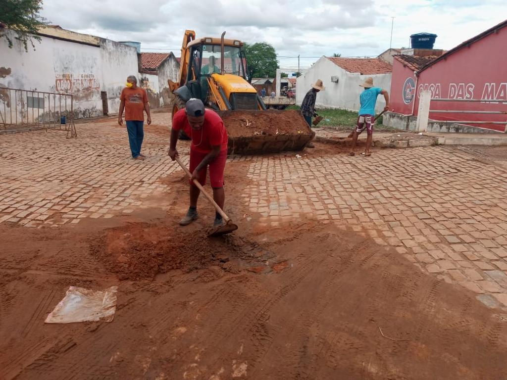 Após chuva, Prefeitura de Mairi realiza a limpeza de bueiros, ruas e avenidas que dão acesso à cidade