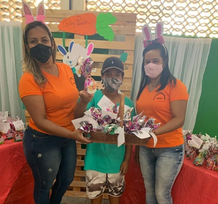 Em comemoração a Páscoa, alunos da rede municipal recebem chocolates e doces