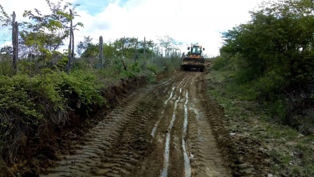 Prefeitura realiza operação tapa-buracos em estradas rurais